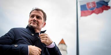 Slowakischer Ministerpraesident Igor Matovic vor Slowakischer Fahne