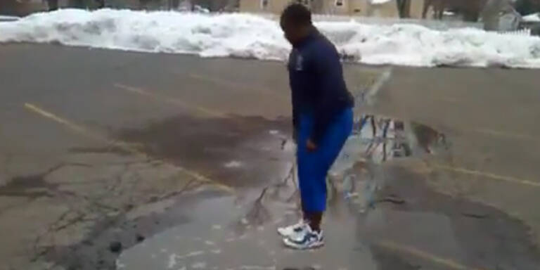 Übler Streich: Junge springt in 'Pfütze'
