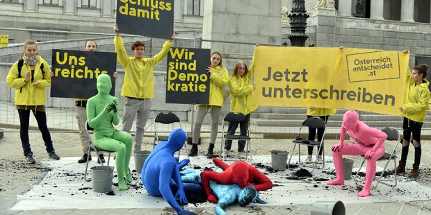 Schlamm-Elefantenrunde vor Parlament inszeniert