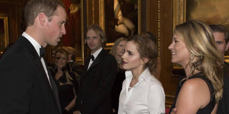 Cara Delevingne, Kate Moss, Emma Watson und und und. Bei einem Gala Dinner zu Ehren des Royal Marsden Hospital lud Prinz William ins Schloss Windsor ein und feierte dort mit den Stars. Seine Ehefrau Kate verpasste das glamouröse Event leider - sie musste daheim den Babyprinzen George hüten.