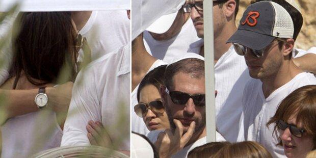Ashton tröstet Mila bei Kabbala-Beerdigung