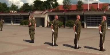 Norwegen: Soldaten werfen Gewehre