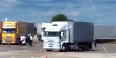 LKW-Fahrer lenkt sich durch Pakour