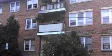 Couch wird über den Balkon entsorgt