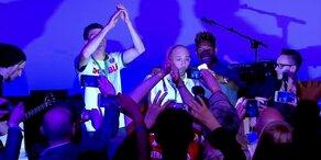 David Alaba feiert mit den Bayern nach dem Double- Gewinn