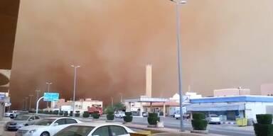 Gewaltiger Sandsturm verdunkelt Himmel