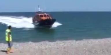 Boot befördert sich selbst an Land