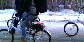 Flüchtlinge reisen mit dem Rad zum Polarkreis