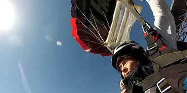 102-Jährige springt mit Fallschirm von Brücke