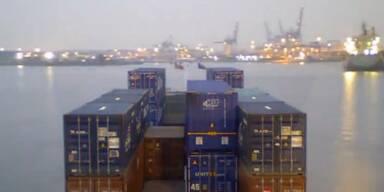 Frachtschiff holt und liefert Container ab
