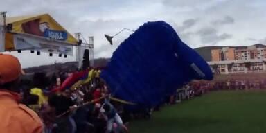 Fallschirmspringer rast in Zuschauer