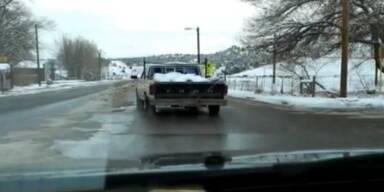 USA: Truck rutscht Strasse entlang