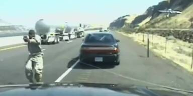 Video: Polizist erschießt Autofahrer