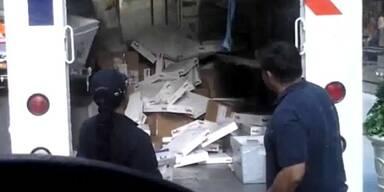 Fed-Ex Mitarbeiter werfen Pakete umher