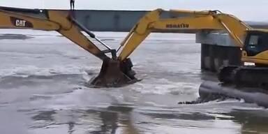 Sibirien: Kräne werden als Brücke genützt