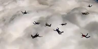 Skydiver springen durch Wolkendecke