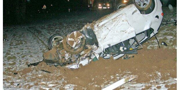 Alkolenker telefoniert und baut Unfall