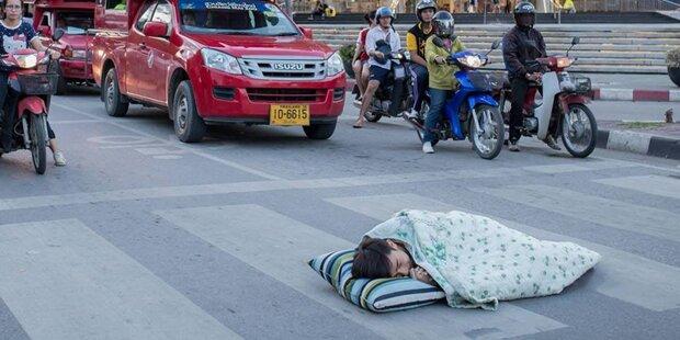 Darum schläft dieser Typ auf einer Kreuzung