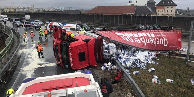 Mega-Stau nach schwerem Lkw-Unfall auf der A1