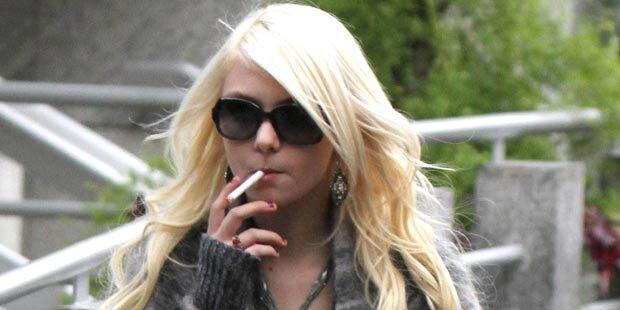 Taylor Momsen mit Zigarette erwischt