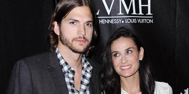 Ashton Kutcher steht Demi Moore bei