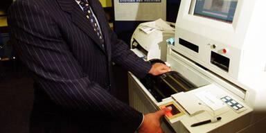 061204_Fingerprint am Flughafen_APA