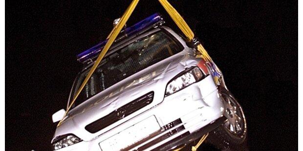 Streifenwagen schießt Polizeiauto ab