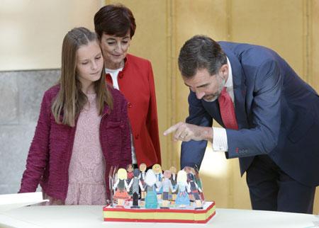 König Felipe von Spanien trifft die Gewinner eins Schüler-Wettbewerbs