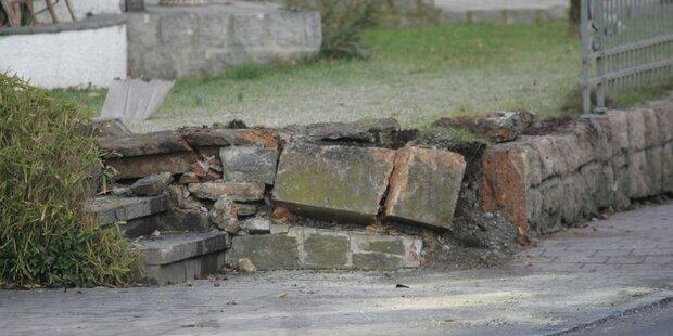 PKW prallt in Gartenmauer