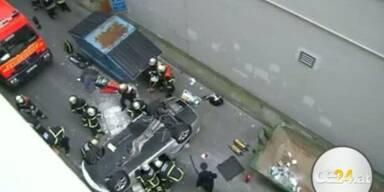 BMW fällt von Parkhaus - Schwer verletzt