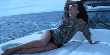Kim räkelt sich auf Yacht