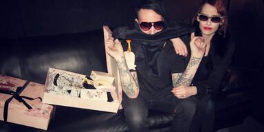 Manson trägt Hoschek - zumindest um den Hals