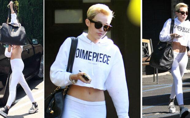 Miley Cyrus zeigt ihren flachen Bauch