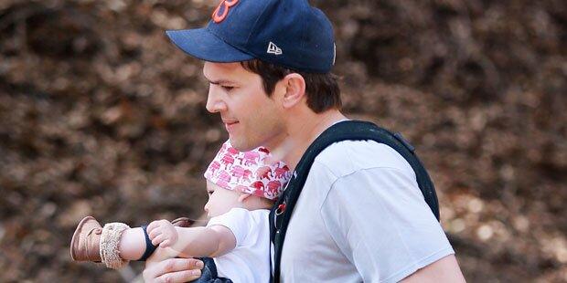 Ashton Kutcher führt Baby Wyatt aus