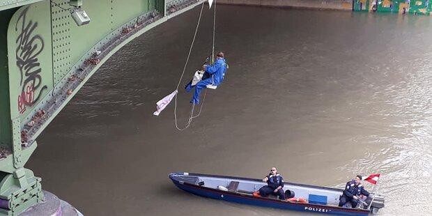 Aktivisten blockierten den Wiener Ring und seilten sich von Aspernbrücke ab