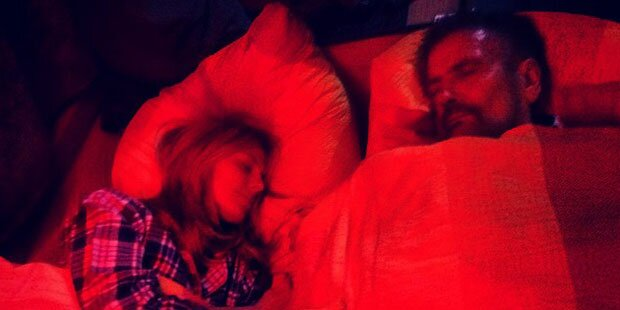 Wer liegt da wohl in Heidi Klums Bett?