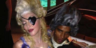 Man wird nur einmal 55! Und wenn man Pop-Ikone Madonna ist, dann mit Pauken,Trompeten und möglichst pompös. Im Stil der französischen Königin Marie Antoinette ließ es die Sängerin mit Familie und Freunden in Südfrankreich ordentlich krachen. Ihr Maskenball scheint durchaus gelungen zu sein. Torte gab es reichlich und auch der Champagner floss in Strömen. So ausgiebig und dekadent wurde das letzte Mal nur unter der echten Marie Antoinette gefeiert.