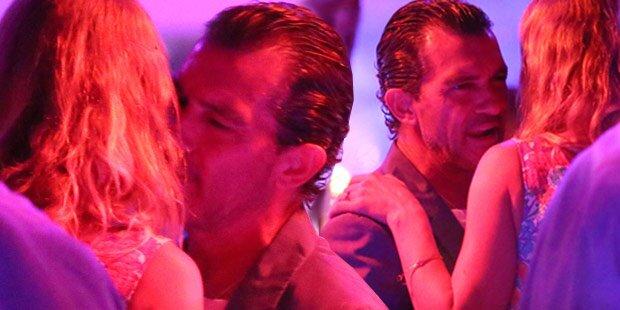 Antonio Banderas flirtet & knutscht