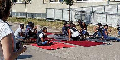 Sitzstreik im Asyl-Lager