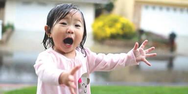 Mädchen freut sich über ersten Regen