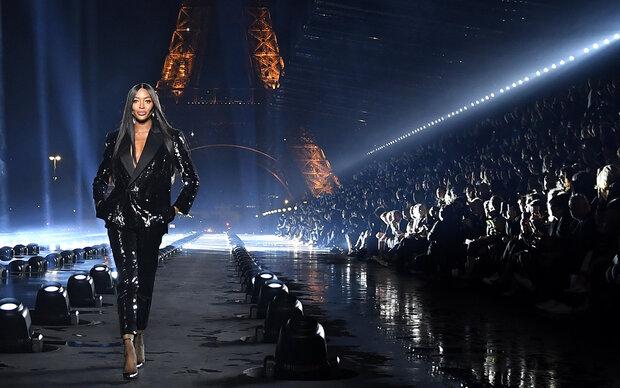 Naomi Campbell rockt Pariser Fashion Week