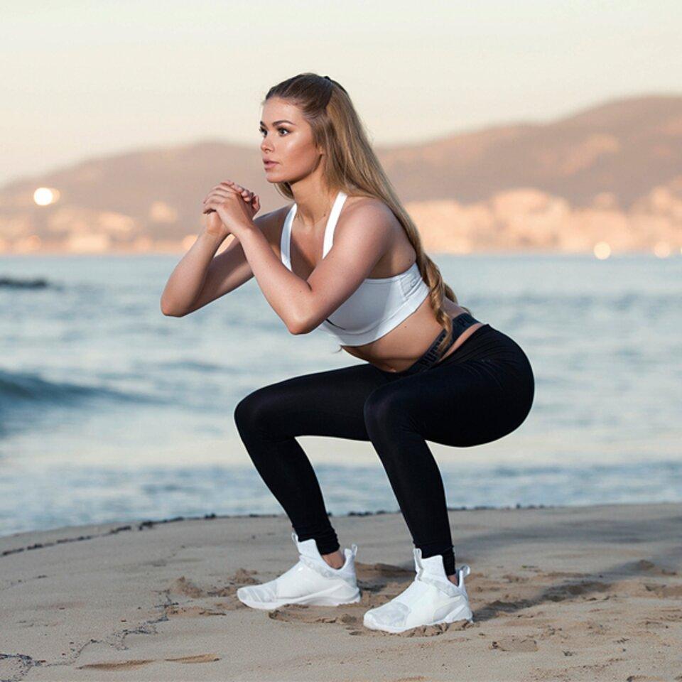 Reife zeigt ihre Füße in Jeans