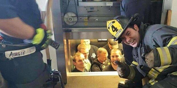 So lustig befreiten Feuerwehrmänner Polizisten aus Lift