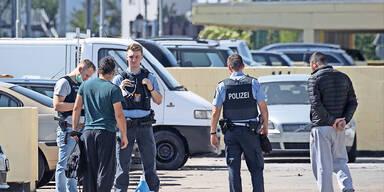 Deutsche bewerfen Polizei und Feuerwehr mit Steinen