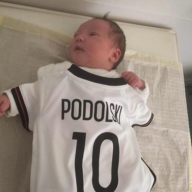 Lukas Podolski: Tochter Maya im Nationaldress