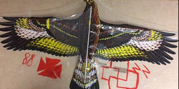 Drachen mit Nazi-Symbolen steigen lassen