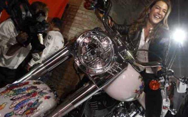 Fiona Swarovski kristallisierte ein Motorrad