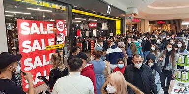 Mega-Ansturm: Bis zu einer Stunde Wartezeit vor Geschäften