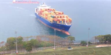 Manövrierunfähiges Schiff steuert auf Hongkong zu