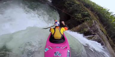 Kajak-Fahrer stürzt sich Wasserfall hinab